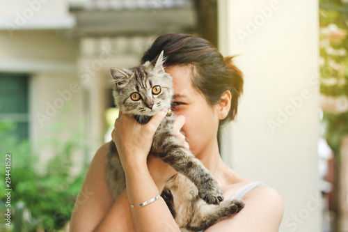 Foto  Woman playing with her persian cat.
