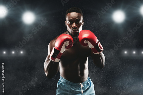 Photo  Confident black boxer standing in pose, ready to fight