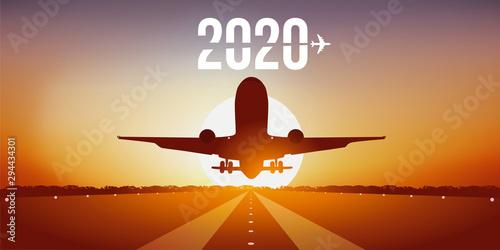 Année 2020 montrant un avion prenant son envol en décollant de la piste d'un aér Wallpaper Mural