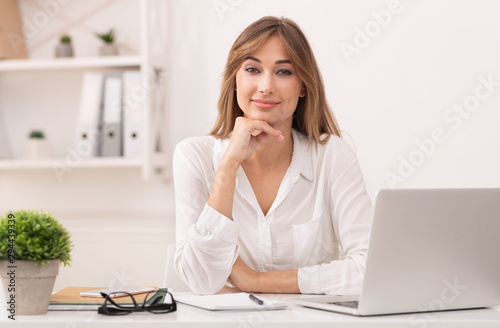 Business Lady Sitting At Laptop Looking At Camera In Office Fototapet