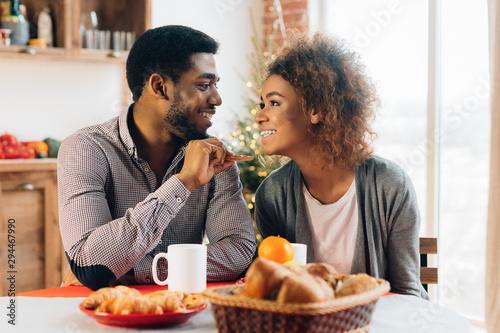 Photo Happy couple having breakfast