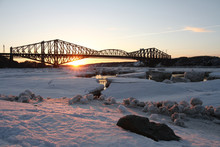 Pont De Québec Avec Glaces Sur Le Fleuve Au Coucher De Soleil Vu De La Marina St-Romuald (Lévis) Québec, Canada. Quebec Bridge With Ice On The River At Sunset