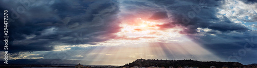 Fotografía  Beam of light through the clouds on the mountains - Rays of light shining throug