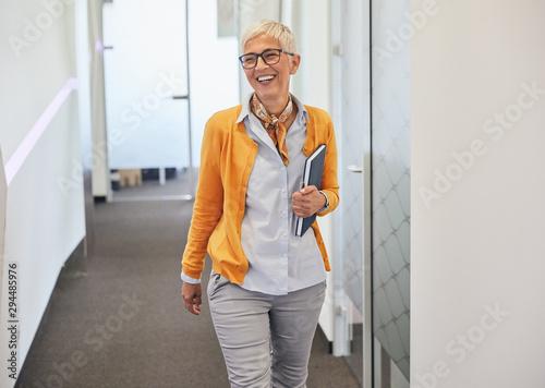 Obraz senior business woman office workplace corporate building - fototapety do salonu