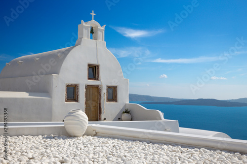 Photo Santorini - The look to little white church in west part of Oia over the caldera