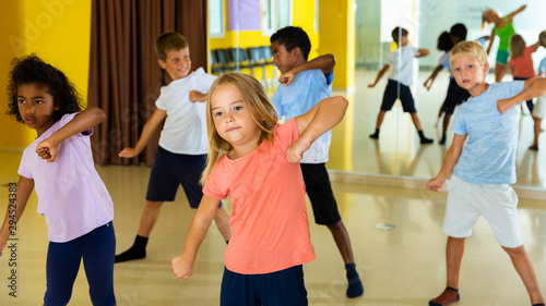 Fotografía  Portrait of smiling children practicing sport dance in modern dance hall