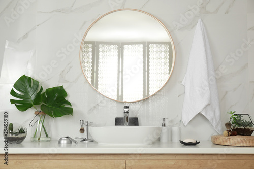 Fotomural  Stylish bathroom interior with vessel sink and round mirror