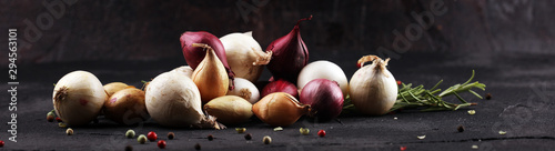 Photo different onions on rustic table