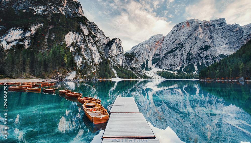 Kładka na górskie jezioro z łodziami <span>plik: #294568792 | autor: Jenny Sturm</span>