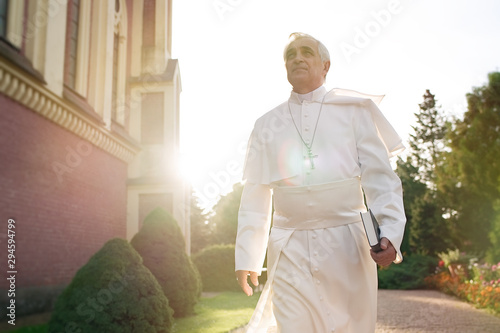 Fotografía  Pope walks at the end of the day in the garden