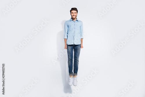 Fotografía  Full length photo of funny arabian guy jumping high rejoicing energetic sportive