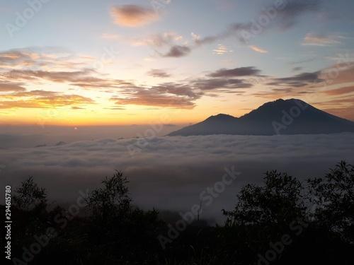 Montaña y nubes al amanecer