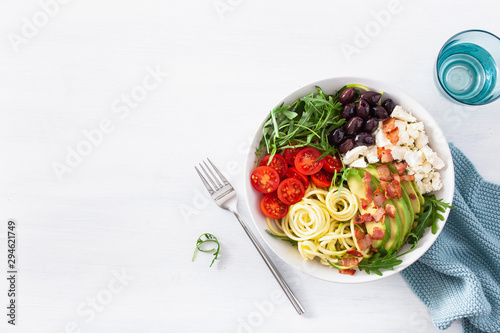 Photo ketogenic lunch bowl: spiralized courgette with avocado, tomato, feta cheese, ol