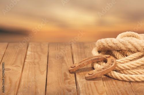 Photo Old horseshoe , lariat lasso and cowboy hat on background