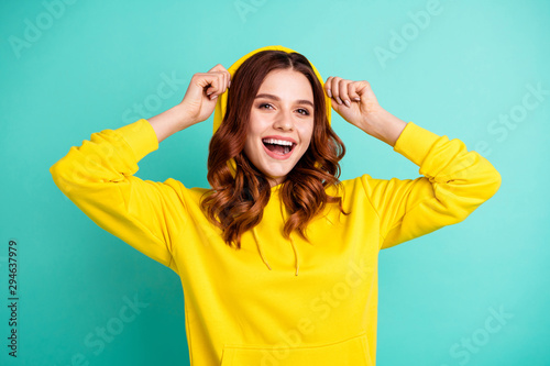 Fotografía  Photo of cheerful cute nice charming pretty sweet putting her hood on smiling to