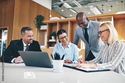 Poster Individuel Diverse group of businesspeople laughing together during an offi