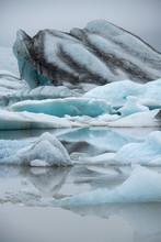 Jökulsárlón Gletscherlagune Island Eis See Eisberge Gletscher Sommer Sehenswürdigkeit Attraktion Iceland Schmelzwasser Kalben Treiben Wasseroberfläche Klimawandel Erderwärmung Vulkane Nebel