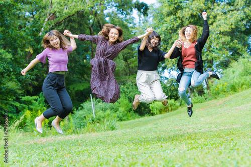 Fototapeta ジャンプする女性たち