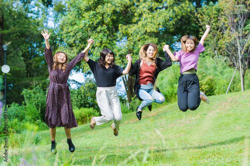 ジャンプする女性たち Wallpaper Mural