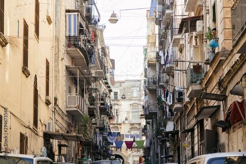 Fototapeten Schmale Gasse Nápoles, Itália