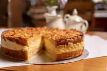 Bienenstich-Torte, Bienenstich Als Torte Rund, Leckerer Butterkuchen Mit Mandeln, Süßer Kuchen A Geschnitten