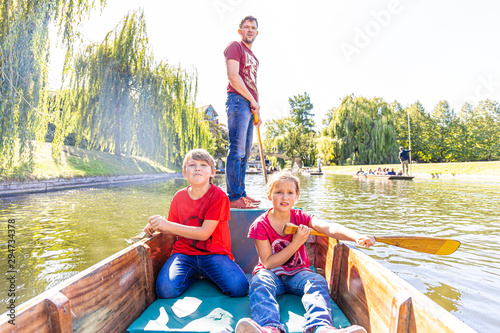 Fotografie, Obraz Father with children on family punting in Cambridge