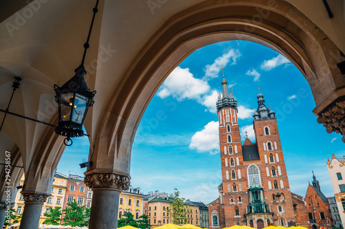 Photo Stands Old building St. Mary's Basilica and Main Market Square (Rynek Glowny) in Krakow, Poland