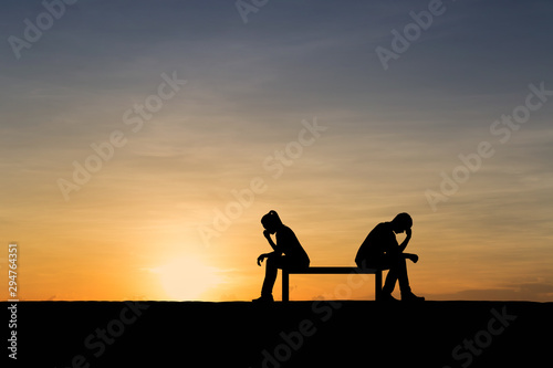 Silhouettes of couple man and woman broken heart at nature sunset Fototapet
