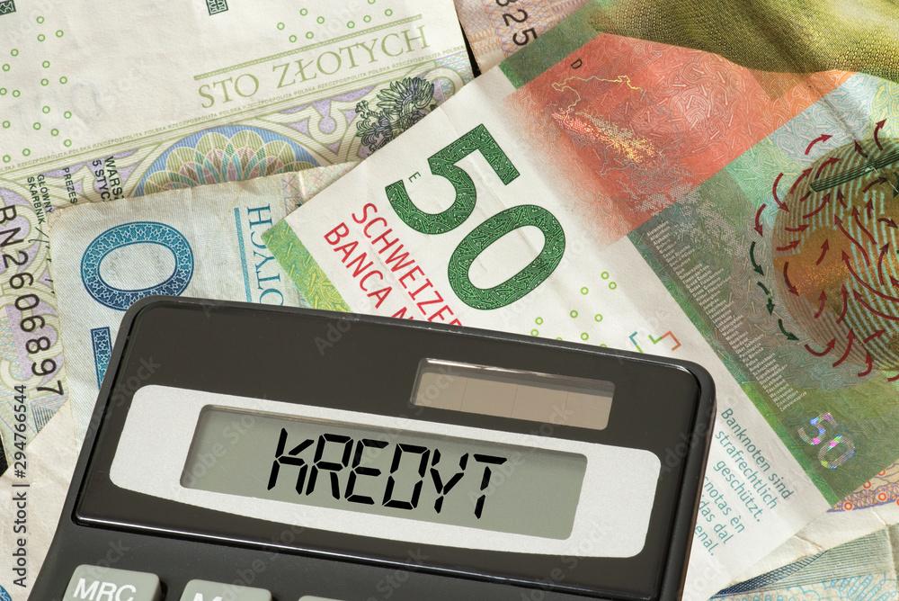 Fototapeta Banknoten Schweizer Franken und polnische Zloty, Taschenrechner und polnisches Wort für Kredit