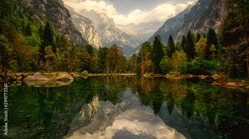 Photo  lake in the mountains of Mello Valley, autumn season, Italy