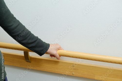 Vászonkép バリアフリーの手すりにつかまる女性 介護 福祉 事故 怪我 障害