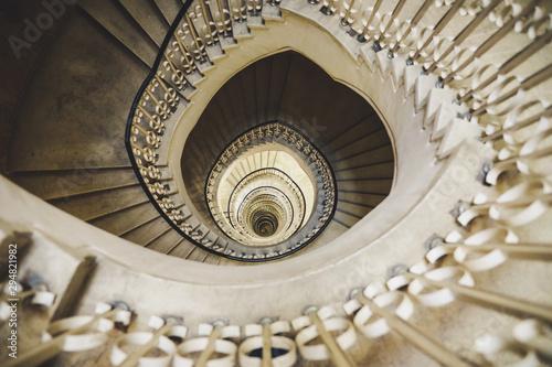 Photo Very deep descending spiral staircase