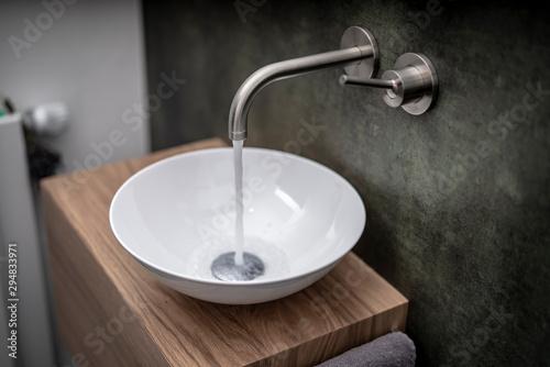 Händewaschen in Designer Bad