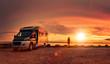 canvas print picture - Glückliches Paar mit Wohnmobil am Strand