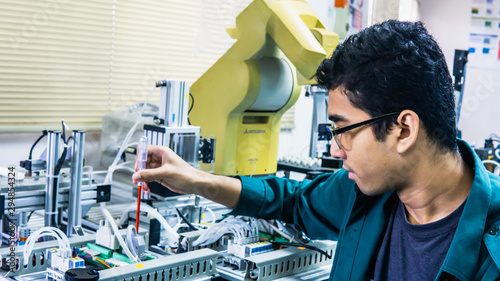 Cuadros en Lienzo A young Malay engineering student with spectacles working in the lab