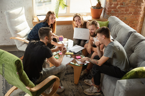 Fotomural  Group of young caucasian office workers meeting to discuss new ideas