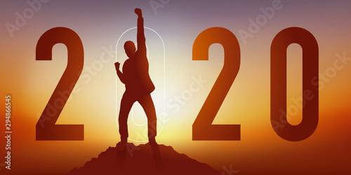 Carte de voeux 2020 montrant un homme satisfait en levant le poing en signe de la victoire après avoir atteint son objectif en arrivant au sommet d'une montagne Tapéta, Fotótapéta