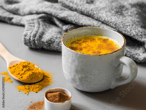 Photographie Turmeric latte with milk and cinnamon