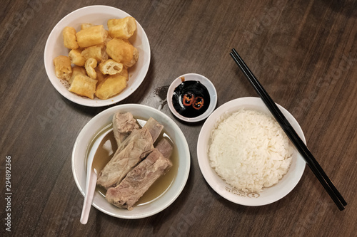 Fotografía  Bak Kut Teh served with rice and char kway (strips of fried dough) in a white bowl