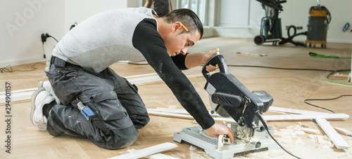 Photo Handwerker bei der arbeit, fischgrät parkett verlegen ,sockelleisten montage