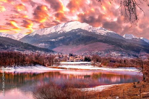 Montage in der Fensternische Rosa hell Snowy landscapes. Lake Plastira on winter. Greece.