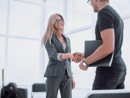 Fotografia interviewer welcomes the guest to the Studio