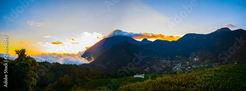 Photo paisaje panorámico al valle y montañas de zunil quetzaltenango y volcán santa ma