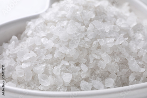 Foto auf AluDibond Natur Natural white sea salt in bowl, closeup view. Spa treatment