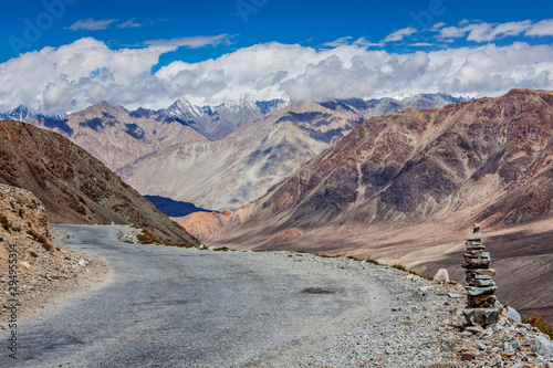 Photo sur Toile Pays d Europe Road in Himalayas near Kardung La pass