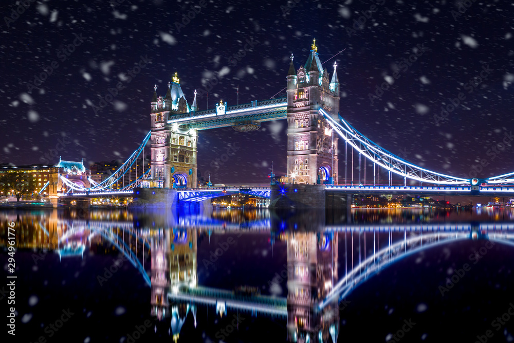 Tower Bridge in London by night ,during a snowstorm <span>plik: #294961776 | autor: bluebeat76</span>