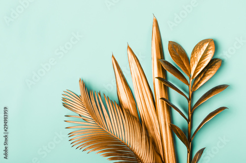 Pinturas sobre lienzo  Natural Creative layout made of tropical leaves in golden colors