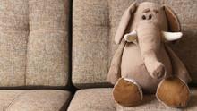 Elefante De Peluche Sobre Sofa