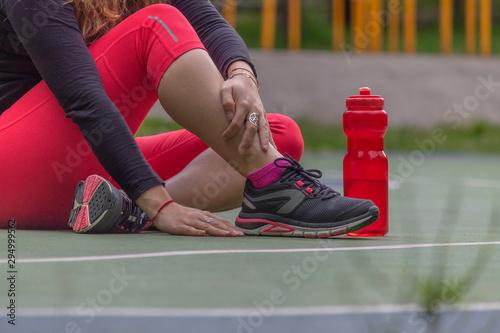 Mujer arreglando los tenis antes de corre Canvas Print
