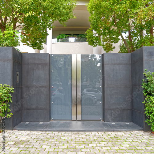 Fotografía  contemporary modern house entrance glass and stainless steel door